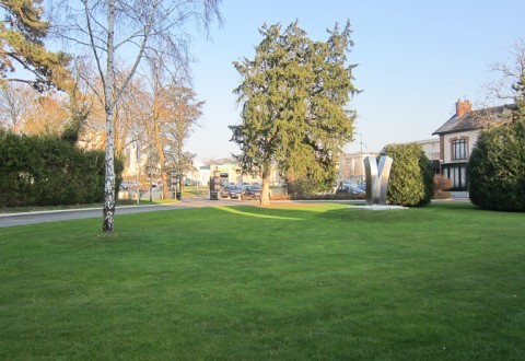 Udsigten fra indgangen byder på en parklignende have, mens bagsiden er møbleret.