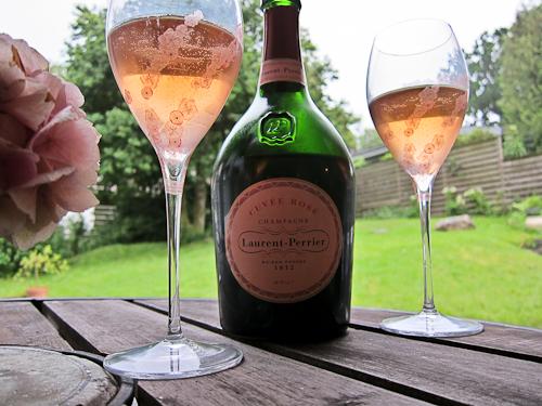 Save some rosé for a rainy day - med det rette motiv kan du blive den heldige vinder af en deluxe boks. Læs du bare videre...