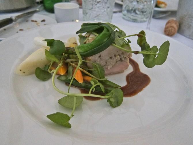 Ballotine af øko unghane med nye løg, asparges -dild & kartofler.