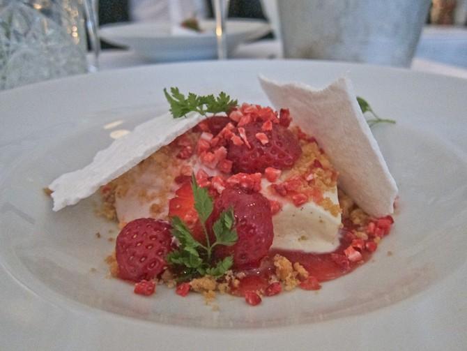 Vanilie Parfait med jordbærmousse – marengs & kørvel.