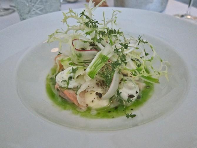 Forret i form af rillette af laks m/karotter & radiser, fennikel & trøffel-æggecreme.