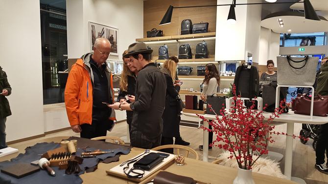 Et par udenlandske kunder slog i øvrigt til på selve dagen - og bad om Jeppes initialer i deres køb. Det fik de...