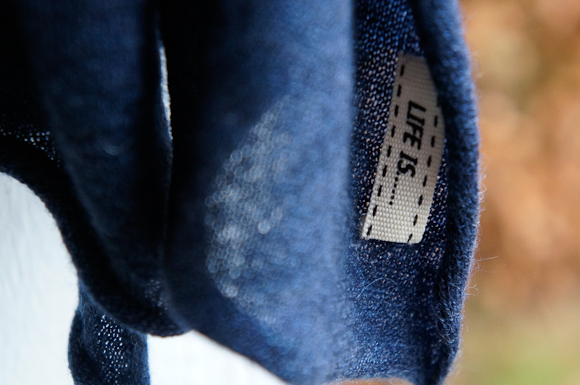 Halvkunstnerisk foto af et lækkert tørklæde - du kan vinde sådan en lun sag i dagens indlæg.