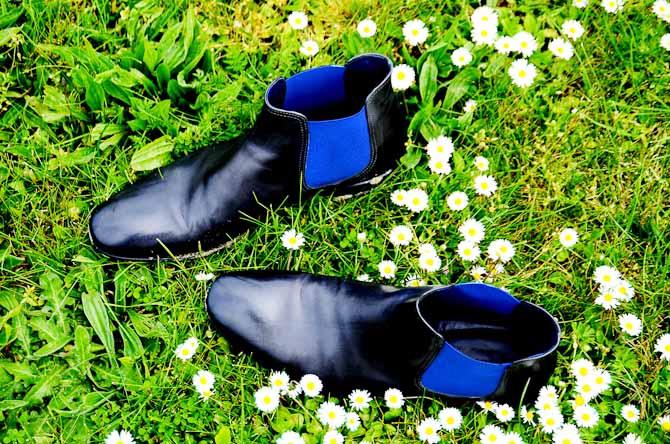Den klassiske støvle Phantom til 360 euro er peppet op med skrigende blå elastik. Det er diskret elegance med et moderne touch.