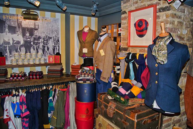 I samme øjeblik man træder ind hos Stumper & Fielding fornemmer man de mange traditioner, der ligger bag den mode, der udbydes til såvel herrer som damer.