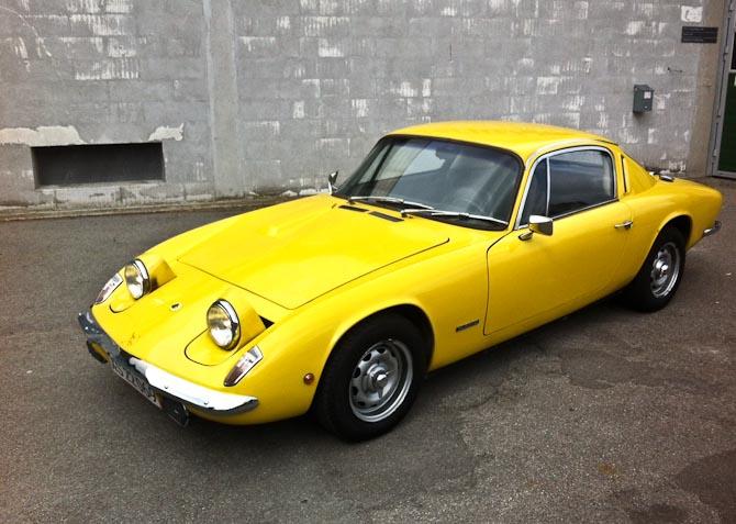 Den er gul, har klaplygter er fra 1968, og så hedder den Lotus Elan +2