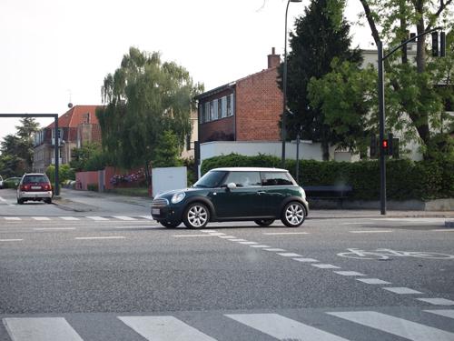 En klassisk farvekombi på en Cooper - Racing Green med hvidt tag og ditto spejle.