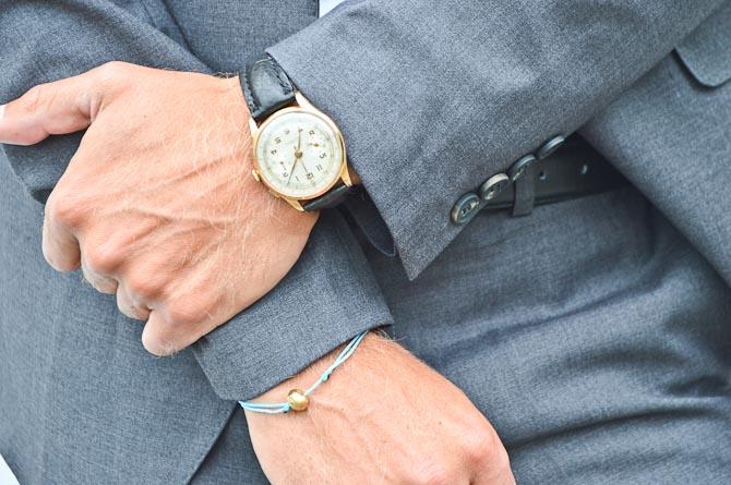 Med krydsede arme og vintage tingel-tagel på venstre håndled.