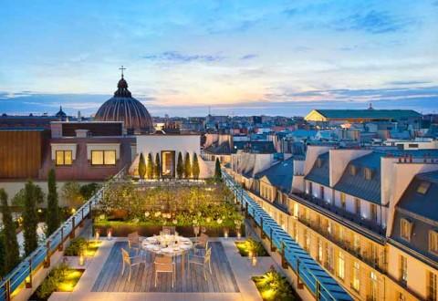 Fra hotellets tagterrasse tilbydes en unik  360 graders udsigt over hele Paris.