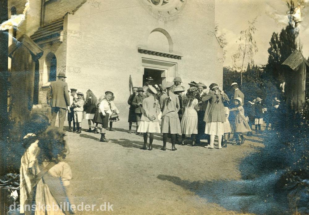 Margrethevej huser også en kirke. Her er vi tilbage i 1913, hvor en flok børn er i søndagsskole og på vej til en skovtur. Foto: Danskebilleder.dk