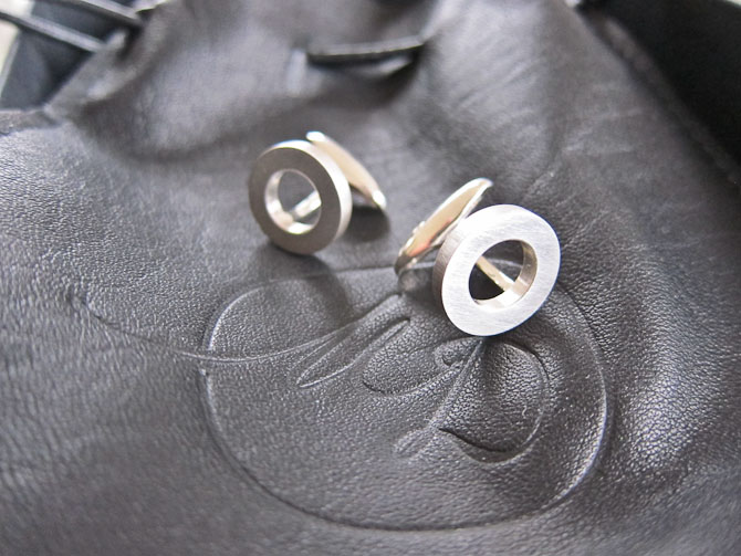Du får en læderpose med, hvis du vinder. Den dufter i øvrigt fortrinligt.