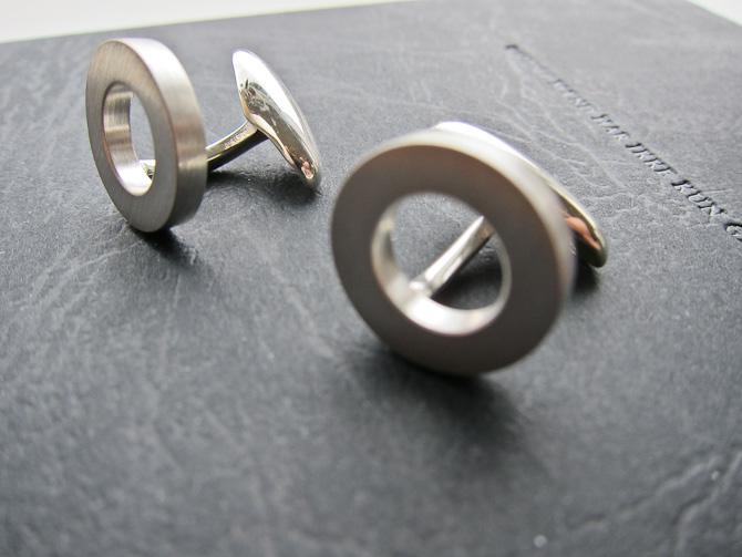 Materialet? Det er sølv. Så fik vi det på plads. Designet hedder Copenhagen.