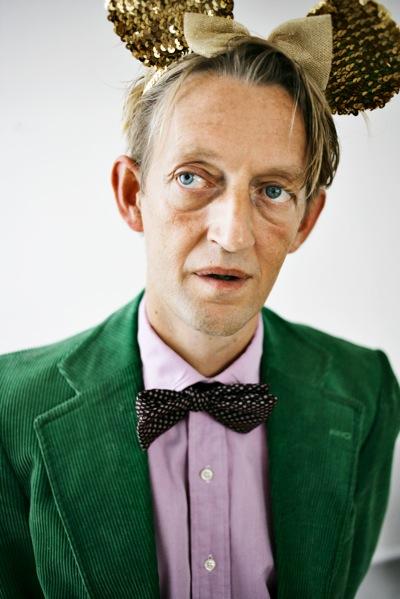 Martin Kongstad - forfatter med forkærlighed for hjemmelavet juice og gode grin med vennen Søren T-shirt.