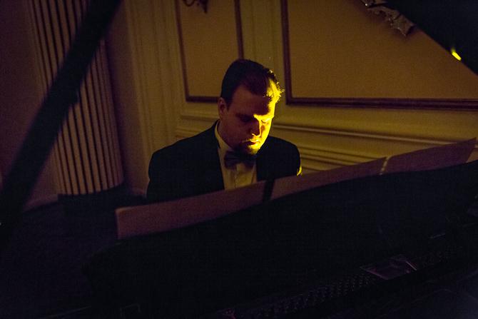 Klaverspil i mørket. Foto: Mads Damgaard