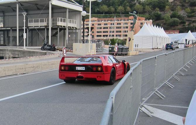 En ældre Ferrari med bagskubber spoiler, hvis den skal løbes i gang.