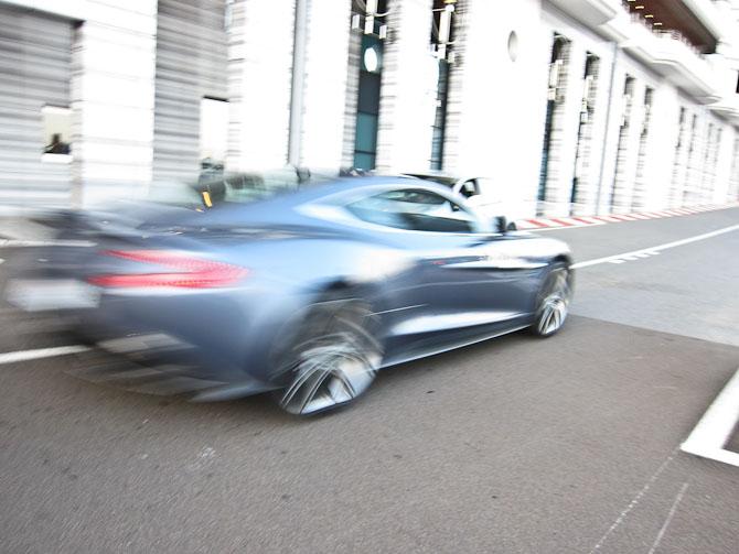 Fart over feltet og over Aston Martin
