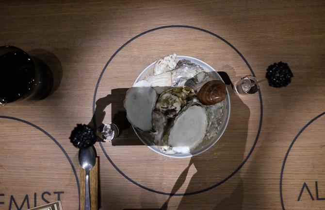 Østers, caviar på strikkepind med æble under fiskeæg