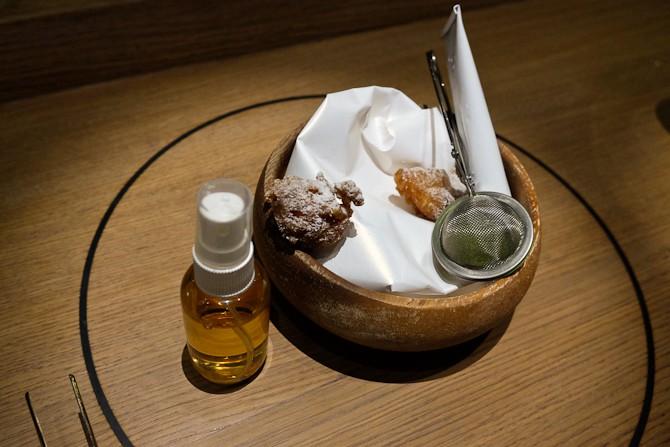 Fish and chips med æble-eddike på spray og ærtepulver fra Læssø i te-sien
