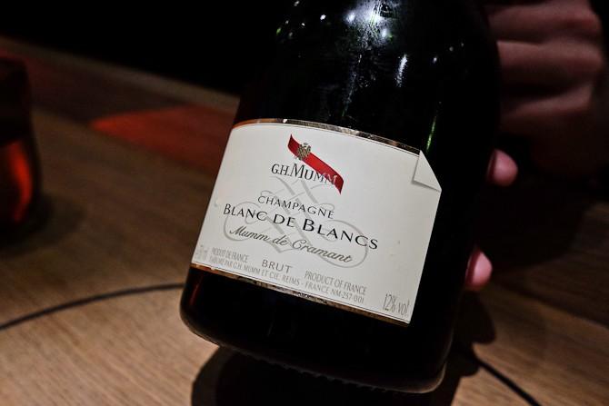 100 % Chardonnay. Det første glas. Og så er etiketten i øvrigt tænkt som et visitkort, da der ofte bliver givet sådanne flasker, når Mumm repræsentanterne rykker ud