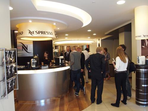 Kaffenysgerrige fra pressen i selskab med Nespresso folk.