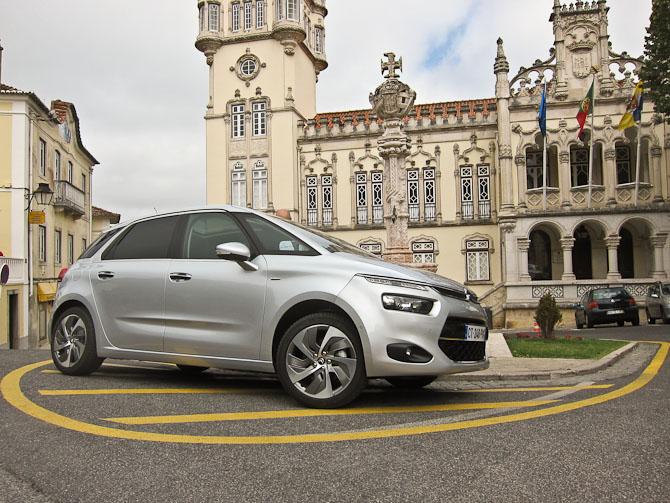 Skudt i mindre by. Af undertegnede endda. Citroën C4 Picasso er navnet, og den er at finde i Danmark til august
