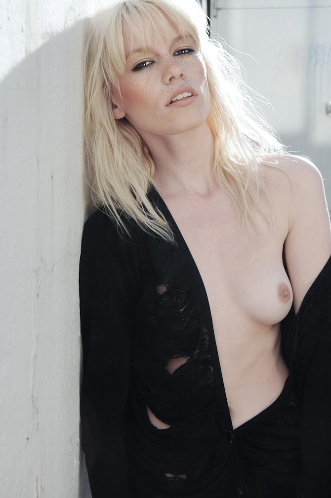 Camilla med nedfalden beklædningsdel