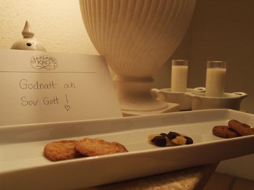 Lun mælk i vandbad, hjemmebagte småkager og kærlig hilsen.