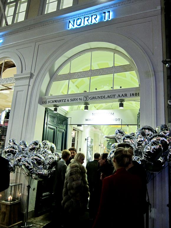 En velkomst med heliumballoner, pelsklædte gæster og feel good i tre etager.