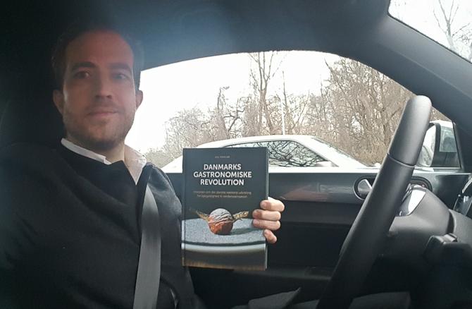 Her er jeg. Med Oles bog.