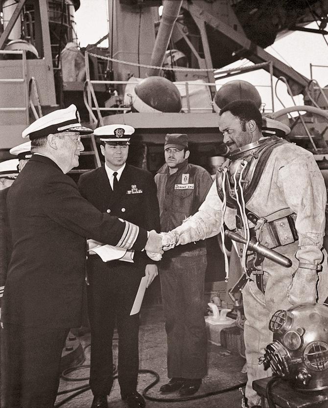 Carl Brashear anno 1954 hvor han blev uddannet ved U.S. Navy Diving & Salvage School. Dengang var dykkerhjelmene i øvrigt lavet af bronze ligesom det nye ur er i dag