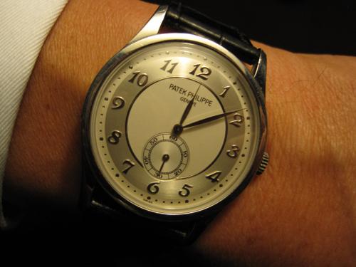 Lidt over midnat viser uret - men også underspillet elegance.
