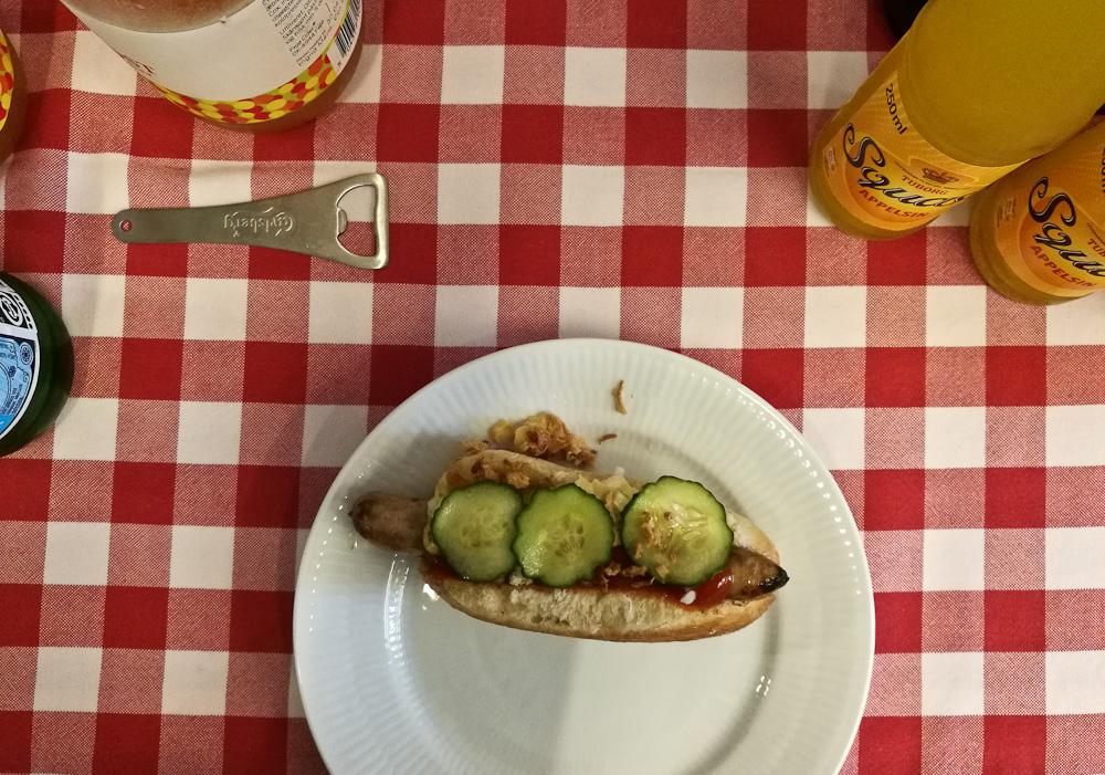 Ved første øjekast ligner det en traditionel hotdog. Ved første bid erfarer jeg, at det ingenlunde hænger således sammen