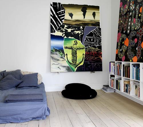 Selvom sort/hvid kunst er hit hos Peter, findes der også værker med smæk på farverne hos ham.