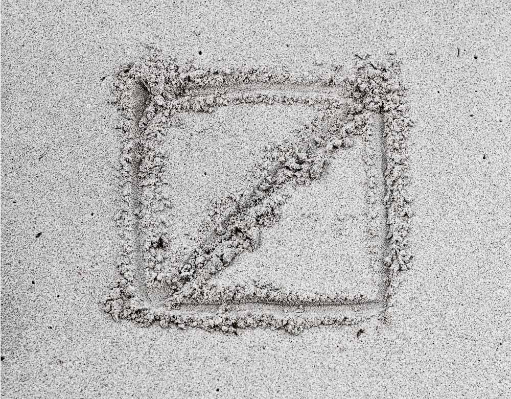 Redgreen logo uden farve tegnet i sand. Dog ikke af mig.
