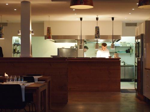 Køkken kig - i den anden ende sad samtlige gæster, hvilket gjorde, at der ikke var nogen tom stemning.