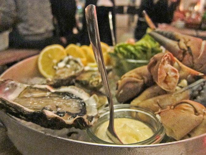 Østers, krabbekløer, mayo og rejer bagerst