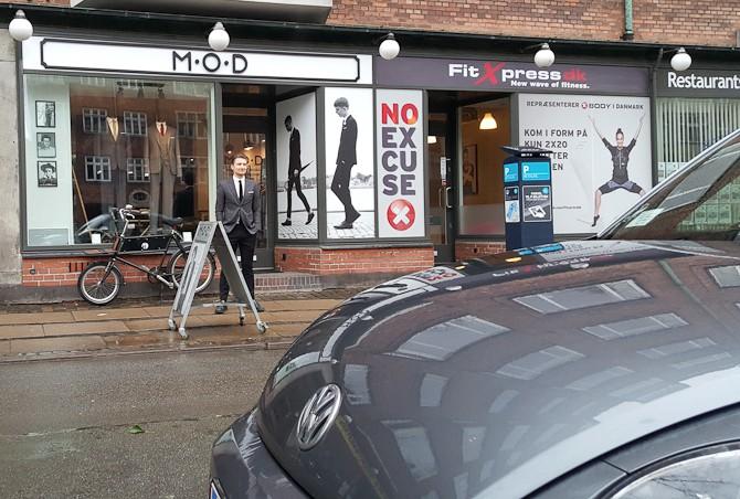 Er det ikke...? Jo. Det er Robert, der står foran sin butik!