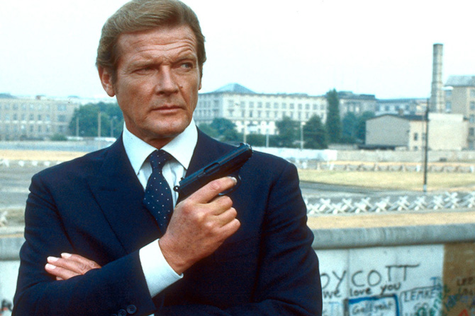 James Bond, alias Roger Moore, i marineblå habit