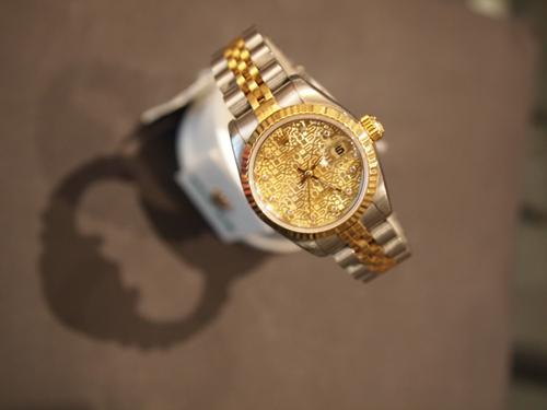 Guld og stål - og bare med dato. Rolex Datejust.