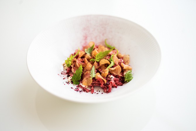 Oksetatar med bær, kartoffelchips og sennepsmayonnaise Foto: Rasmus Flindt Pedersen