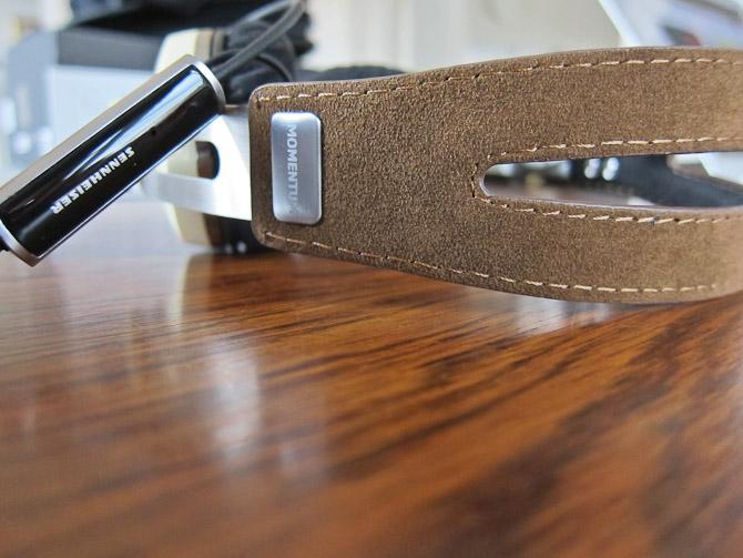 Lur lige på det herlige skind. Indersiden af bøjlen er i øvrigt foret med et blødt materiale. Indbygget fjernbetjening er også standard - med mikrofon - så du også kan bruge det til telefonen.