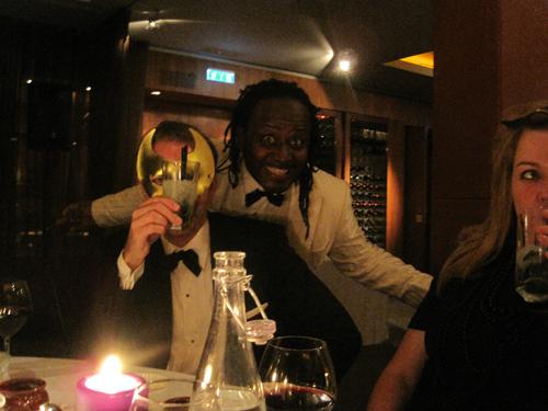 Manden med guldmasken i front og sangeren bagved - a.k.a. Friis og Serge.