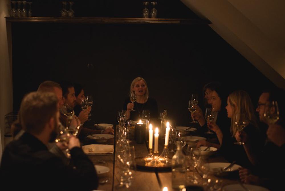 Missu, som sidder for bordenden, har engang lavet en PR-opgave for en rund pølse, men det er en anden historie.