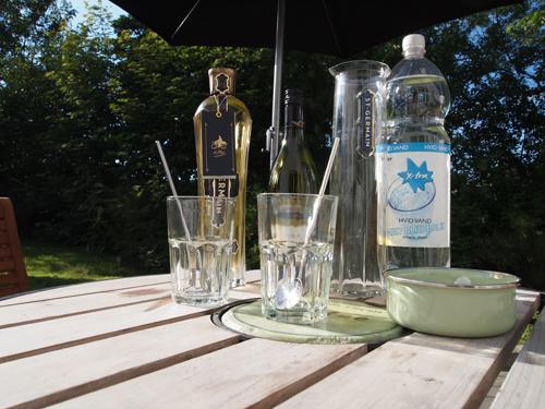 En lækker, eksklusiv likør, billig dansk vand samt en hvidvin af den tørre slags samt isterninger, er alt, hvad du skal bruge. Forholdene? Dem kan du se på næste foto.