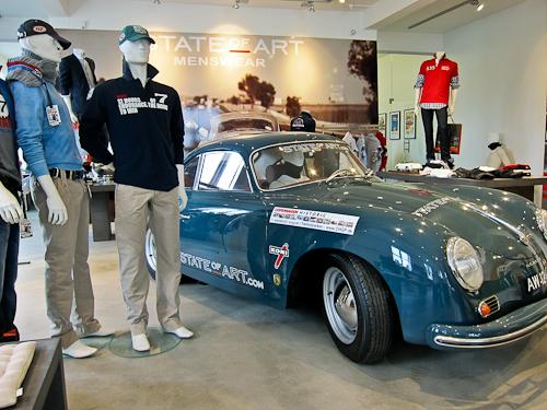 En ældre, men køredygtig Porsche 356 pryder rummet sammen med et par stillestående dukker med hurtigt kluns på.