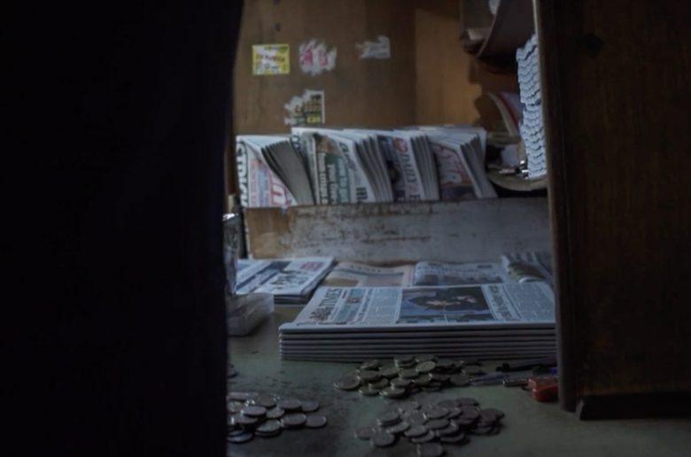 Arbejdspladsen. Et skur som Paul sågar vil begraves i.  Screendump fra filmen Seven Days a Week