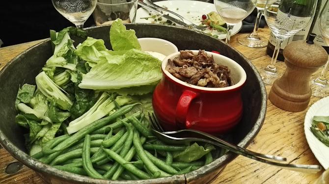 Lam med hvidløgs-youghurt, fennikel, agurk, bønner og mynte