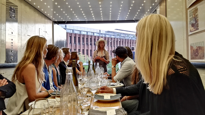 Mette Helbæk i færd med at præsentere sted og mad