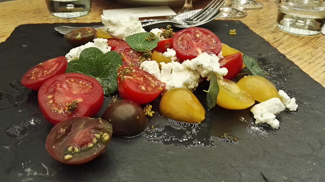 Søde tomater med gedeost og pyntegrønt