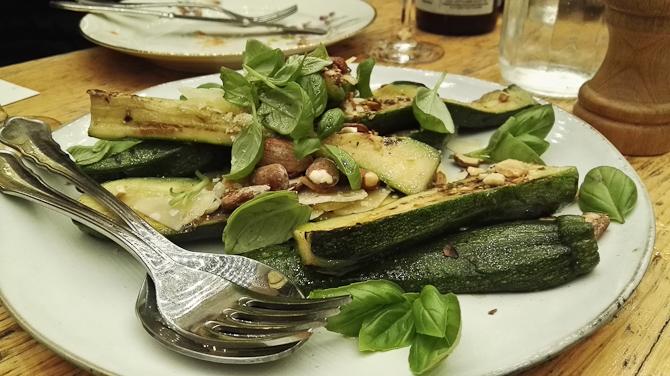 Courgetter med parmesan ost, saltede mandler, basilikum og en lækker honning-eddike dressing